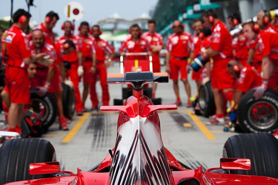 пит-стоп команды Ferrari - вид сзади болида