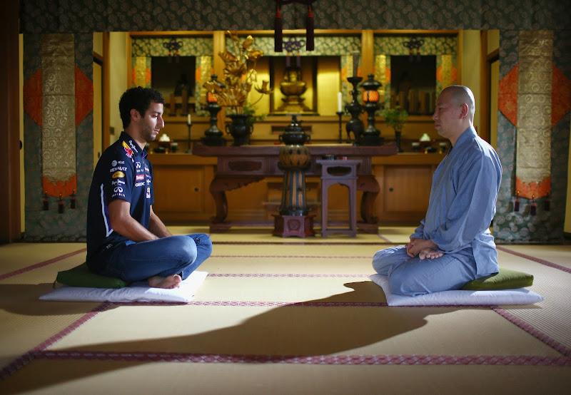 Даниэль Риккардо в храме Токио перед Гран-при Японии 2014