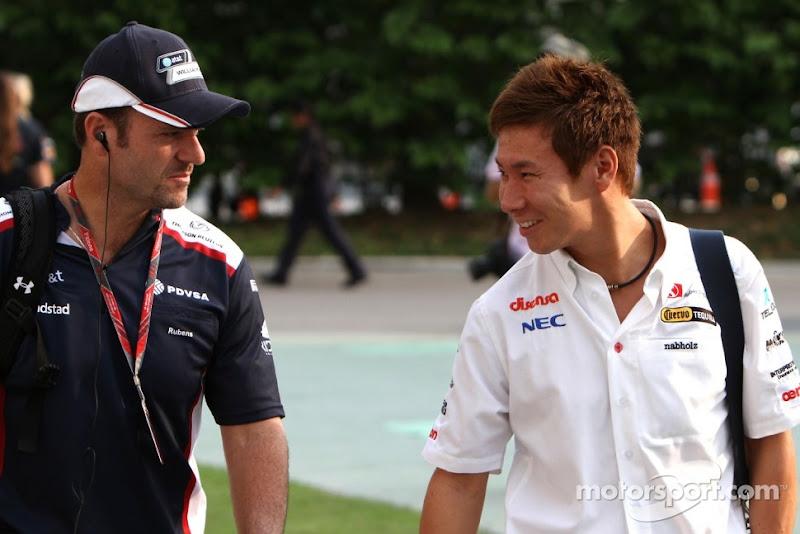 Рубенс Баррикелло и Камуи Кобаяши идут по паддоку Гран-при Сингапура 2011