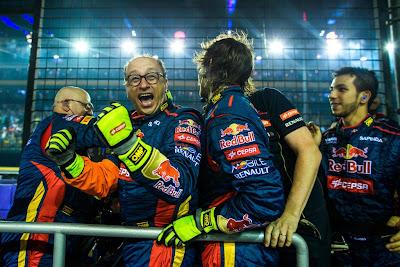механики Toro Rosso отмечают великолепный результат на Гран-при Сингапура 2014