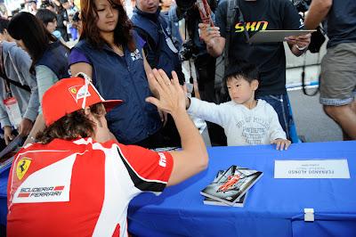 Фернандо Алонсо болельщики автограф-сессия Сузука Гран-при Японии 2011
