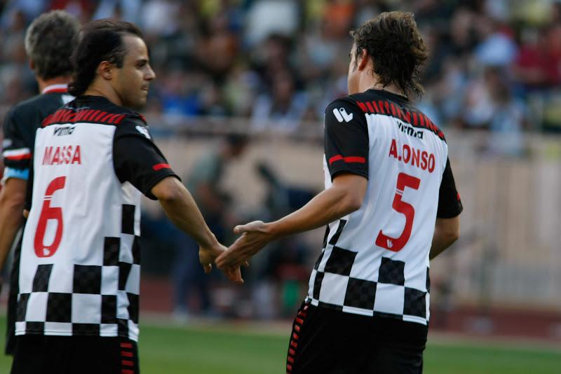 Фелипе Масса дает пять Фернандо Алонсо на благотворительном футбольном матче в Монте-Карло 2011