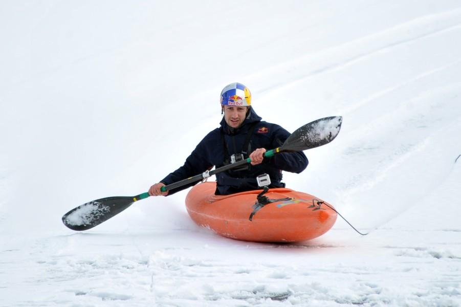 Максим Рачард на сноукаяке проходит повороты Радеон - О Руж трассы Спа-Франкоршам по снегу
