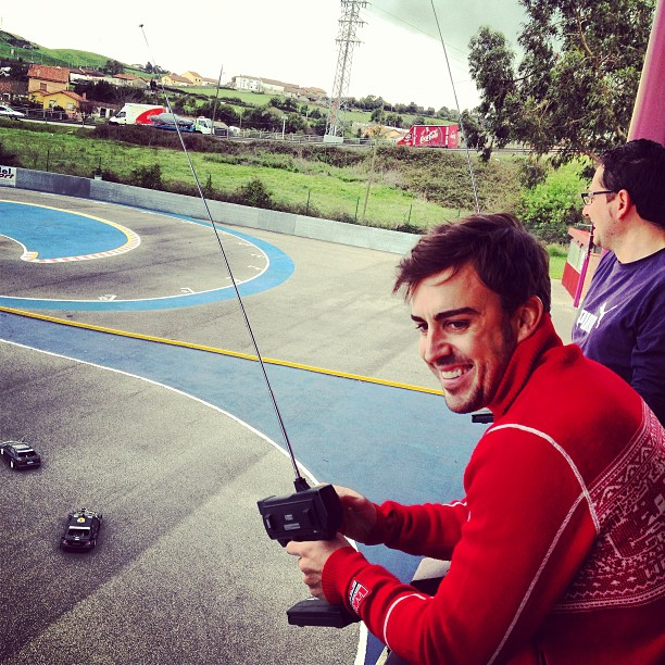 Фернандо Алонсо управляет радиоуправляемой машинкой 8 марта 2013