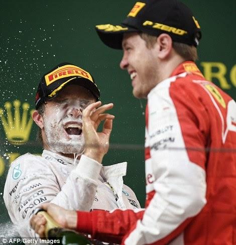 Нико Росберг наслаждается шампанским от Себастьяна Феттеля на подиуме Гран-при Китая 2015