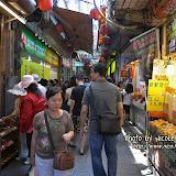 道旁很多小商戶,途人駱驛不絕。很多當地人也會到這裡逛。