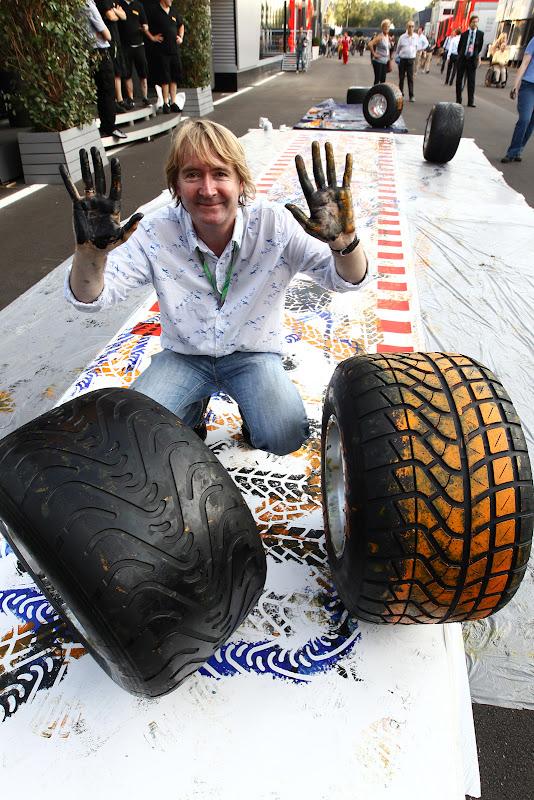 Марк Диккенс на фоне получившейся картины Pirelli на Гран-при Италии 2011 в Монце