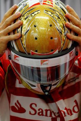 Фернандо Алонсо со шлемом поверх лица на Гран-при Сингапура 2011