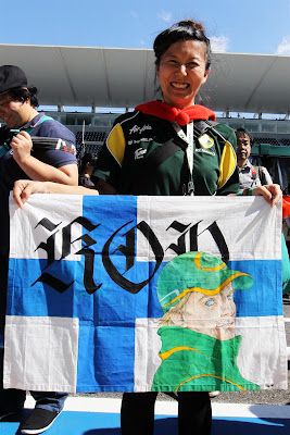 болельщица Хейкки Ковалайнена с флагом на Гран-при Японии 2012