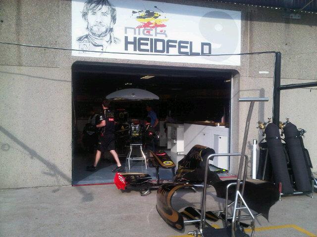 табличка над боксами Ника Хайдфельда на Гран-при Канады 2011