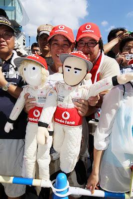 болельщики Дженсона Баттона и Льюиса Хэмилтона с куклами Tooned на Гран-при Японии 2012
