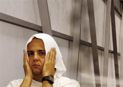 забавный Фелипе Масса с полотенцем на голове в гараже Ferrari на Гран-при Сингапура 2011
