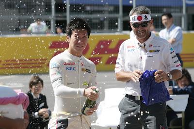 Камуи Кобаяши и Team-Manager Beat Zehnder празднуют победу на гонке Soapbox на Гран-при Японии 2011