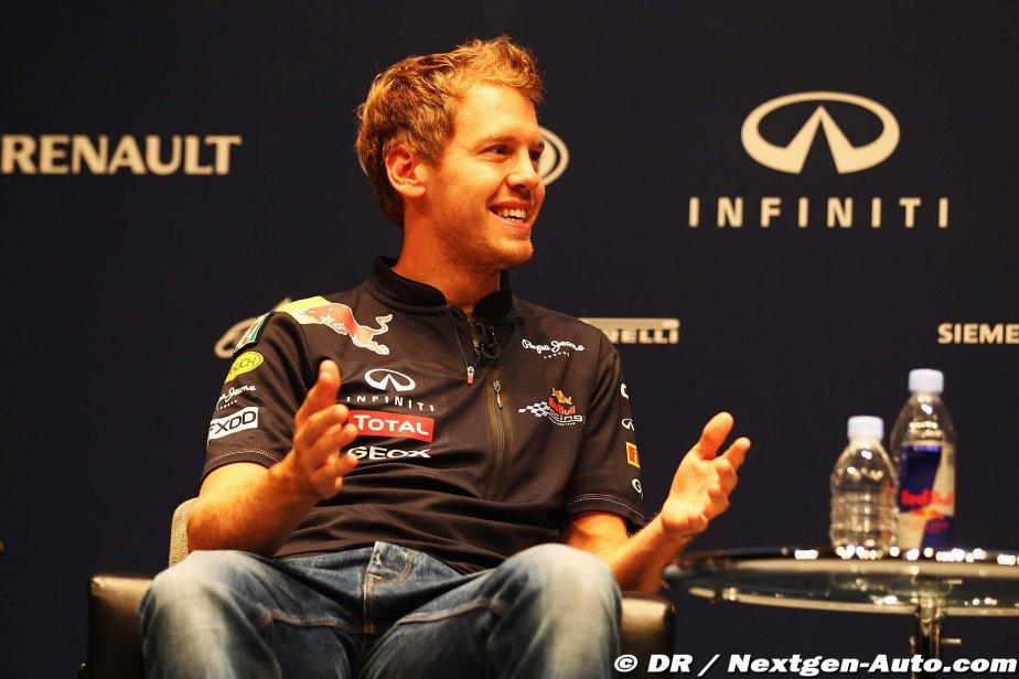 Себастьян Феттель разводит руками на пресс-конференции Red Bull в Йокогаме