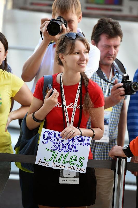 болельщица с пожеланием скорейшего выздоровления для Жюль Бьянки на Гран-при России 2014