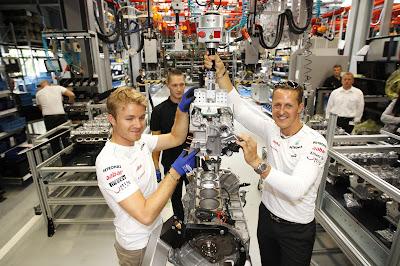 Нико Росберг и Михаэль Шумахер собирают двигатель Mercedes AMG перед Гран-при Германии 2012