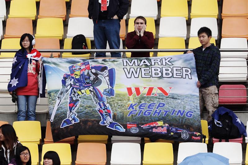 баннер болельщиков Марка Уэббера и Red Bull с трансформером на трибуне Шанхая на Гран-при Китая 2012