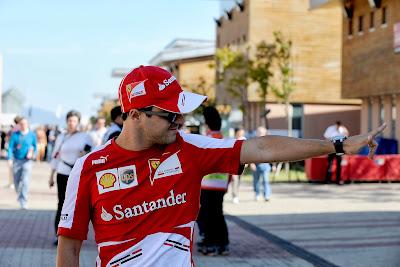 Фелипе Масса показывает куда-то пальцем на Гран-при Кореи 2013