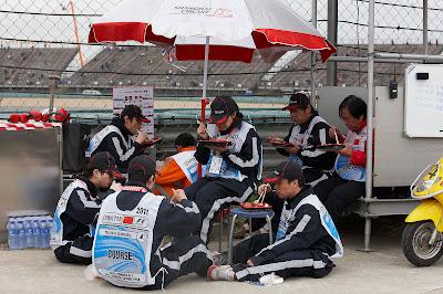 маршалы Шанхая подкрепляются едой на Гран-при Китая 2011