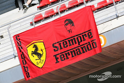 Cordoba Siempre Fernando - баннер от болельщиков Фернандо Алонсо и Ferrari на трибуне Каталуньи на Гран-при Испании 2012