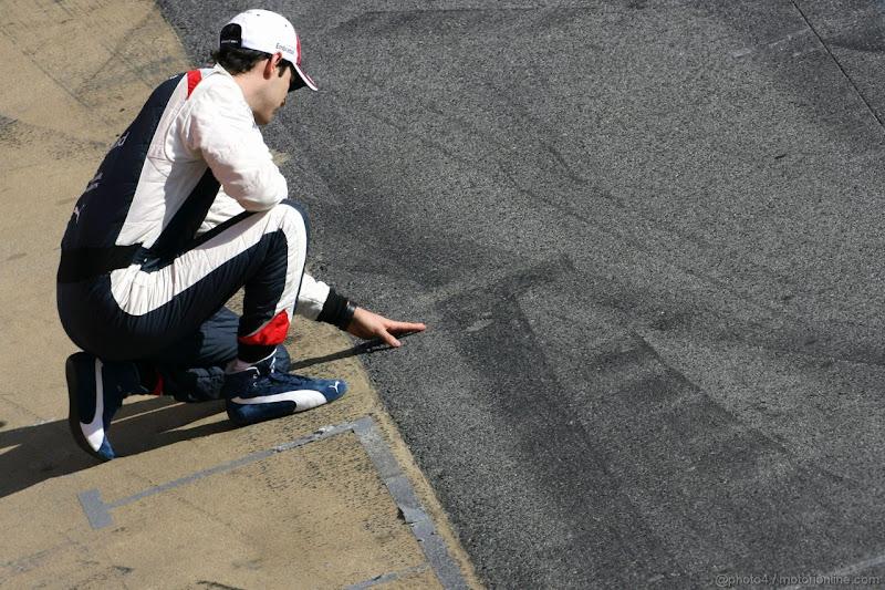 Бруно Сенна трогает асфальт на пит-лейне на предсезонных тестах 2012 в Барселоне 23 февраля 2012
