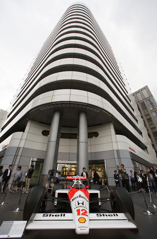 болид McLaren MP4/4 перед штаб-квартирой Honda в Токио 16 мая 2013