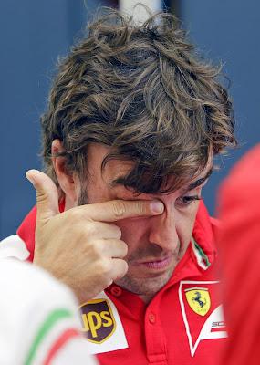 Фернандо Алонсо трет глаз на Гран-при Бахрейна 2014