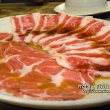 一碟碟的薄嫩鮮肉不停送上。香港人說的任食,台灣人叫「吃到飽」。
