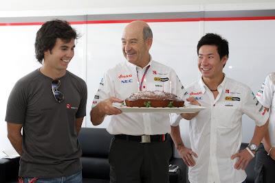 Петер Заубер в окружении Серхио Переса и Камуи Кобаяши с праздничным тортом на Гран-при Кореи 2011