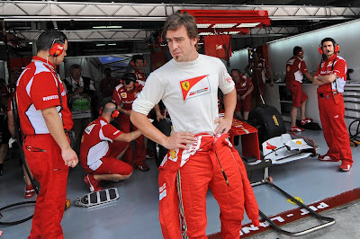Фернандо Алонсо с механиками у гаража Ferrari на Гран-при Малайзии 2012
