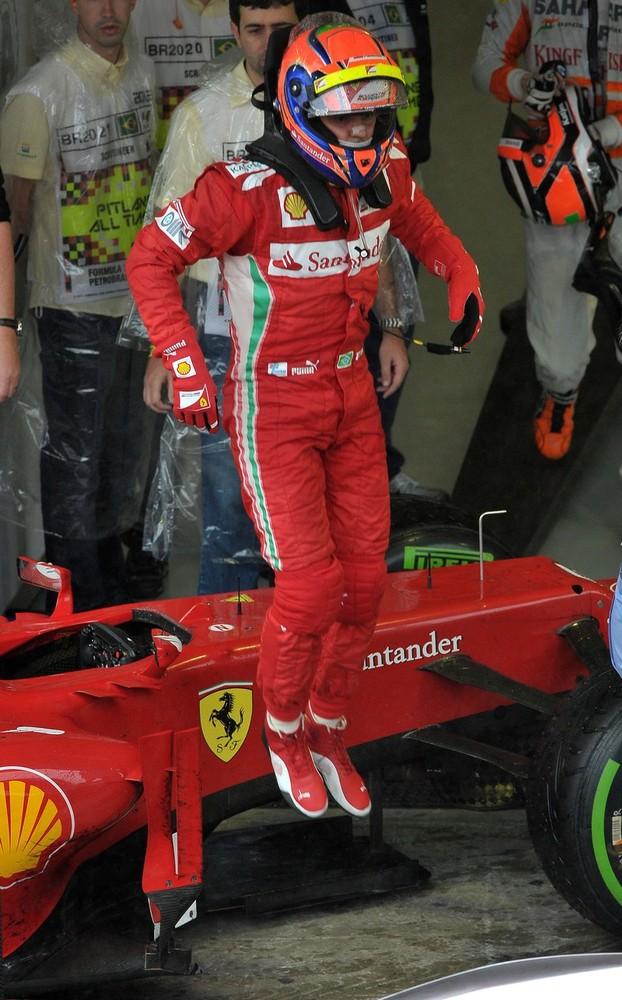 Фелипе Масса спрыгивает со своей Ferrari после финиша на Гран-при Бразилии 2012