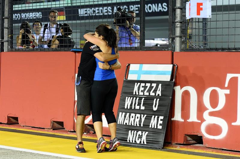 предложение выйти замуж на пит-борде на трассе Гран-при Сингапура 2013