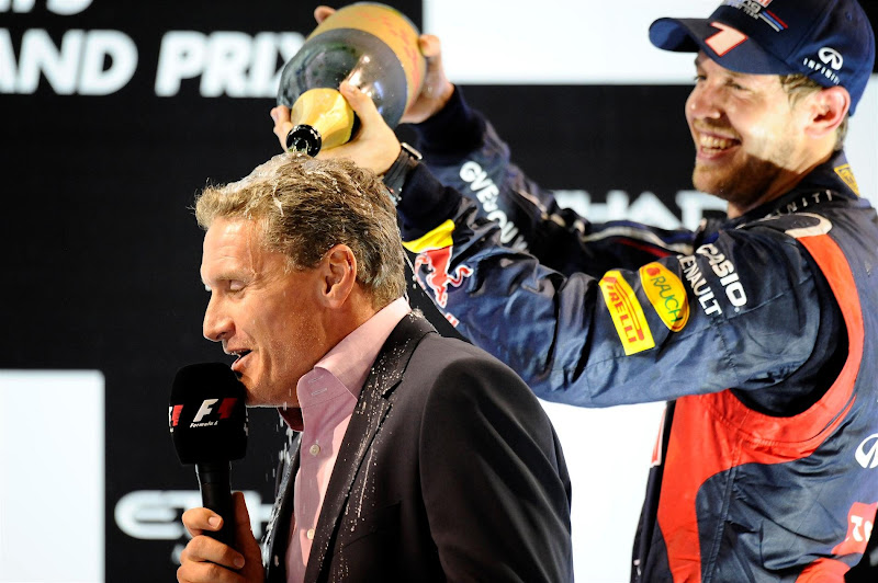 Себастьян Феттель поливает Дэвида Култхарда шампанским на подиуме Гран-при Абу-Даби 2012