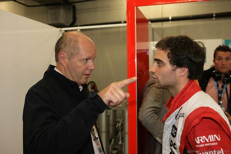 какой-то мужчина тычет пальцем в Жерома Д'Амброзио на Гран-при Бельгии 2011
