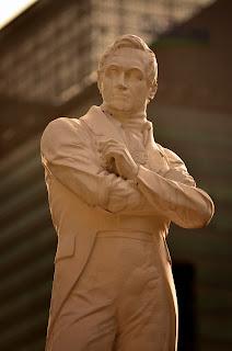 Sir Raffles, który sprawił, że wioska rybacka zmieniła się w mocarstwo.