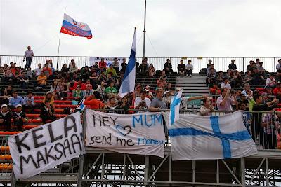 финский болельщик просит прислать деньги - баннер на Гран-при Кореи 2013