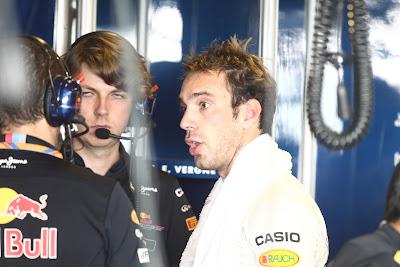 Жан-Эрик Вернь с механиками Red Bull и Гэвином Уордом на молодежных тестах в Абу-Даби 2011