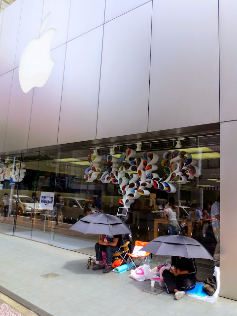 The first campers at the Fukuoka Apple store for the iPhone 6 release, 2 days from now
