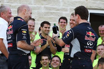 команда Red Bull распивает ликер Егермейстер на праздновании победы на Гран-при США 2013