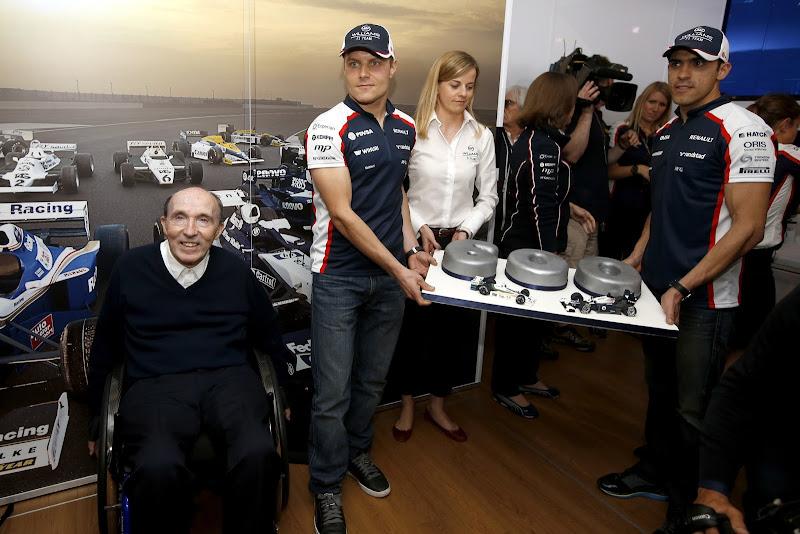 Фрэнк Уильямс со своими пилотами Сьюзи Вольф Вальтери Боттас Пастор Мальдонадо и торт в честь 600-ой гонки Williams на Гран-при Великобритании 2013