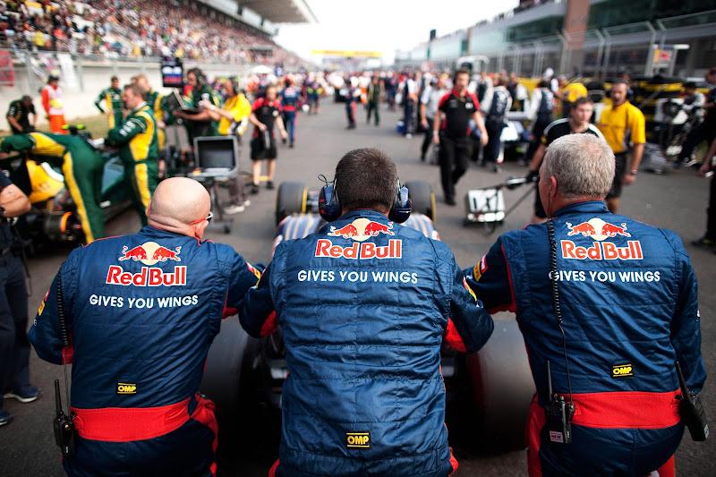 механики Toro Rosso толкают болид по стартовой решетке Йонама на Гран-при Кореи 2012