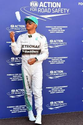 Льюис Хэмилтон подбрасывает бутылку после квалификации на Гран-при Монако 2014