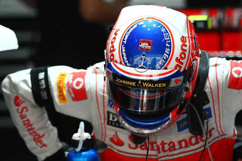 шлем Дженсона Баттона со стрикером Дэна Уэлдона на Гран-при Индии 2011