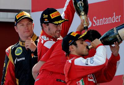 Кими Райкконен Фернандо Алонсо Фелипе Масса с шампанским на подиуме Гран-при Испании 2013