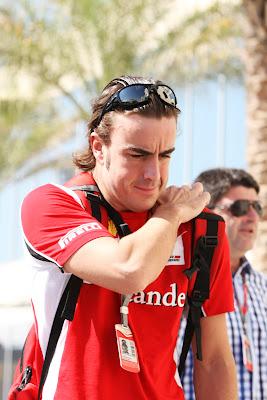 Фернандо Алонсо со смешным лицом чешет спину на Гран-при Абу-Даби 2011