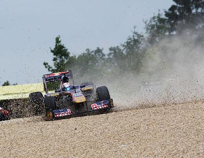 Себастьян Буэми и его Toro Rosso приземляется в гравий вне трассы в Нюрбургринге во время первой сессии свободных заездов на Гран-при Германии 2011