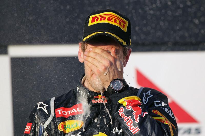 Себастьян Феттель фэйспалмит с шампанским на подиуме Гран-при Австралии 2012