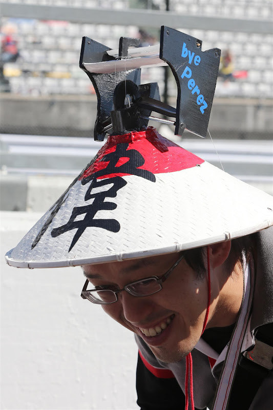 bye Perez - болельщик Sauber в оригинальном головном уборе на Гран-при Японии 2012