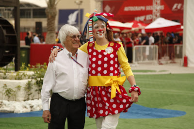 Берни Экклстоун и девушка в костюме клоуна на Гран-при Бахрейна 2012