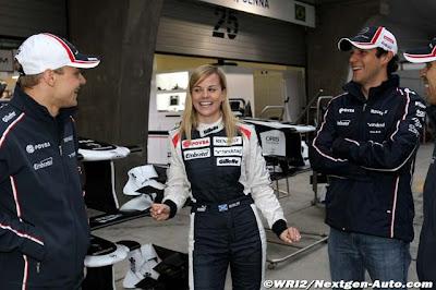 Сьюзи Вольф в окружении пилотов Williams Вальтери Боттаса и Бруно Сенны на Гран-при Китая 2012